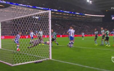 Iker Casillas hace una atajada como la de Guillermo Ochoa a Neymar en el...