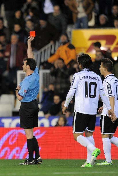 El colegiado tuvo una polémica actuación al echar a dos futbolistas del...
