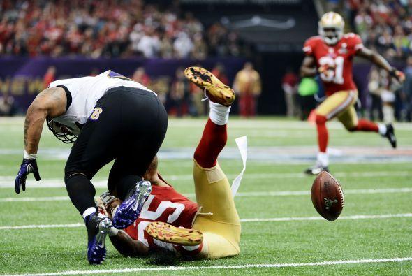 Y llegó el error de los Ravens, Tarell Brown provocó balón suelto a Ray...