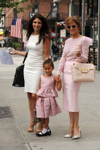 Madre e hija se veían preciosas con este vestido color rosa. Mira aquí l...