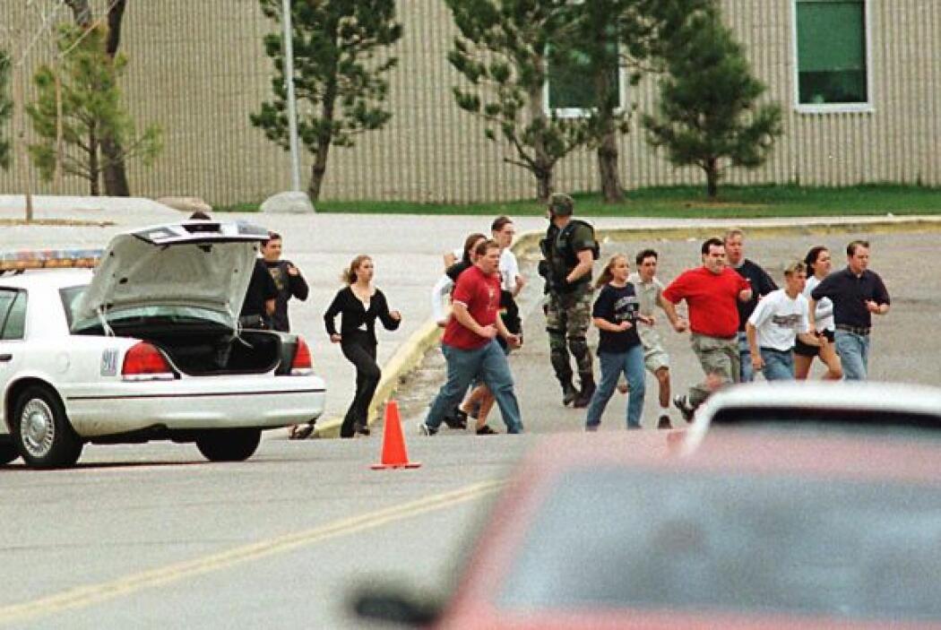 20 abril de 1999. Dos estudiantes armados de 17 y 18 años, Eric Harris y...