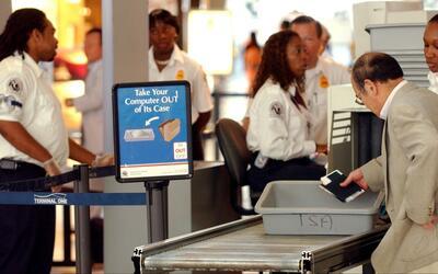 ¿Qué hacer si agentes fronterizos le piden revisar sus dispositivos elec...