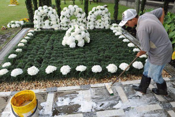 Este año sus hermanos  cambiaron la lápida ya que la anterior fue dañada...