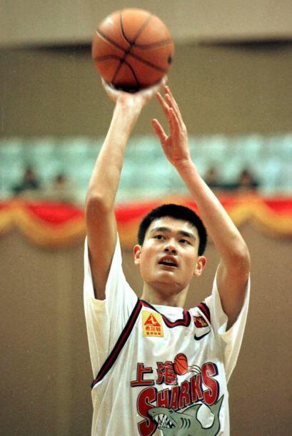 El jugador más alto de la NBA, con 7 pies y 6 pulgadas (2.29 m),...