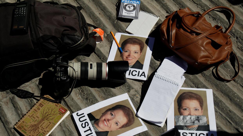 Cámaras y libretas de periodistas durante una protesta en Ciudad Juárez,...