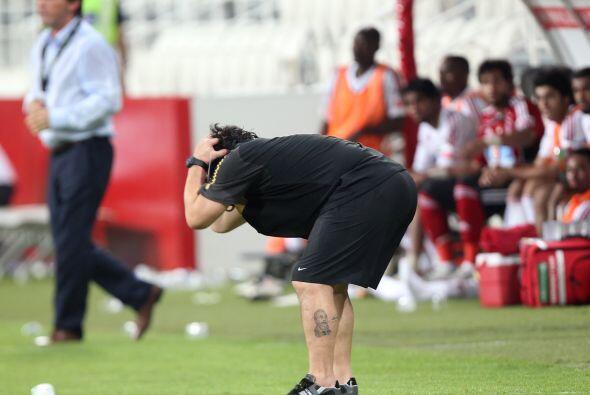 Los movimientos y gestos de Maradona son una constumbre cuando dirige.