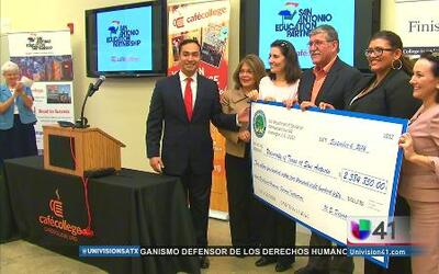 Habrá más becas para apoyar a universitarios latinos