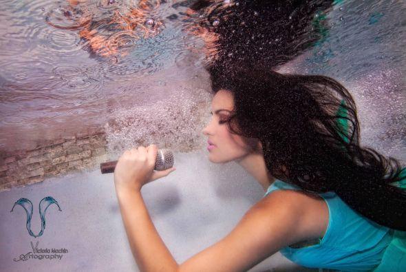 La cantante mexicana realizó una sexy sesión de fotos bajo el agua para...