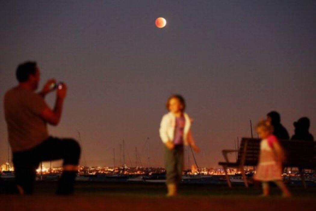 Al proyectar la Tierra su sombra sobre el satélite cuando está en fase d...