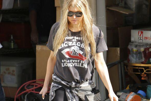 Otra famosa que usa la moda rockera frecuentemente es Fergie; cantante q...