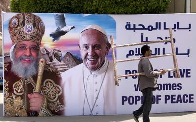 Una imagen en Egipto del papa Francisco junto al papa copto Tawadros II.