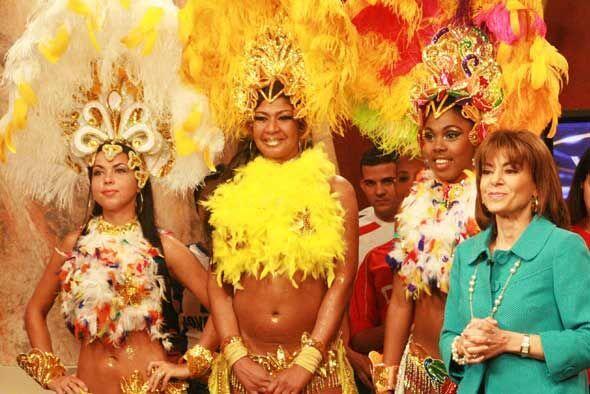 Tres bailarinas mostraron su talento para bailar al ritmo de las percusi...