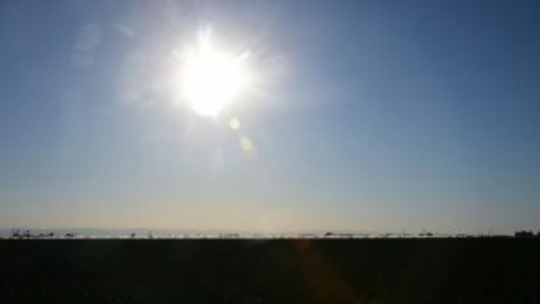 El sol a plomo en el cielo de California.