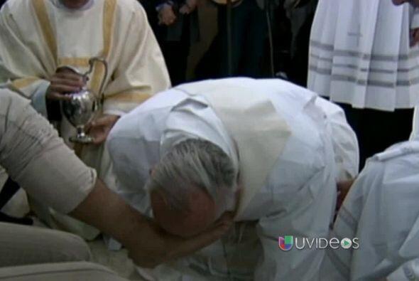 Como parte de las celebraciones de Semana Santa lavó y bes&oacute...