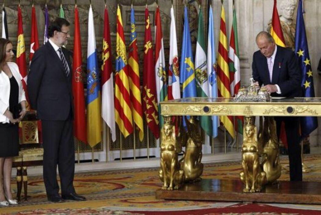 El Rey Juan Carlos, junto al presidente del Gobierno, Mariano Rajoy y su...