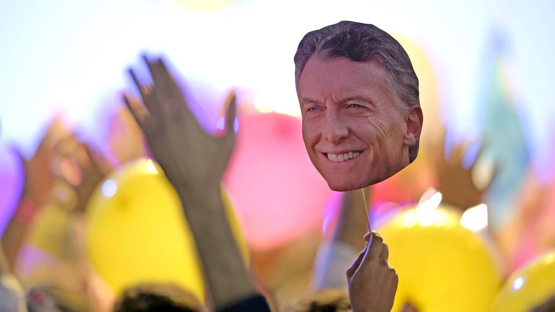 Seguidores de Macri con una careta del candidato