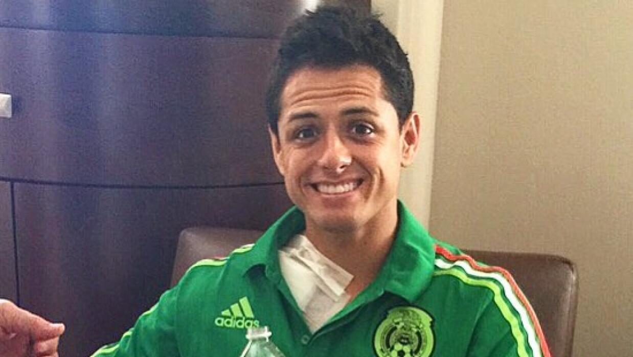 'Chicharito' en el hospital tras su operación.