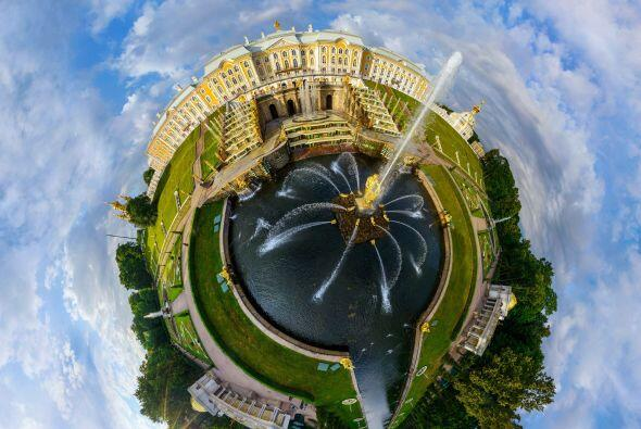 El Palacio de Peterhof y la fuente Samson, en San Petersburgo, Rusia.