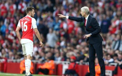 Wenger le da indicaciones a Ramsey en un juego del Arsenal