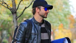 El actor mete mucha ropa al departamento de Irina.