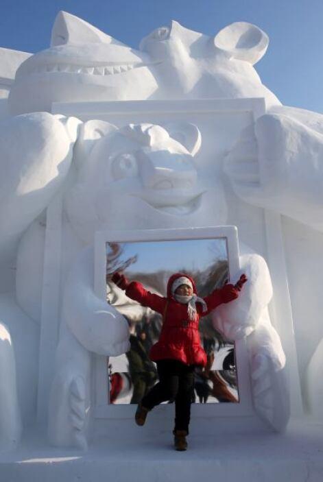 Los artistas extraen bloques de hielo directamente del río Songhua para...