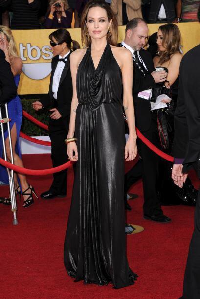 A pesar de tener la espalda amplia, Angelina Jolie nos hipnotiza con un...