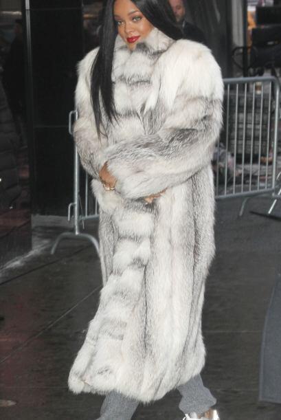 Este peculiar abrigo ya se lo habíamos vista antes a nuestra querida Rih...