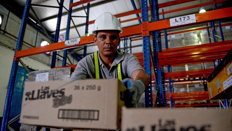 Un trabajador de Empresas Polar en Maracay, Venezuela