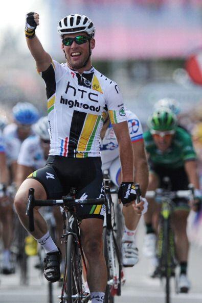 Mark Cavendish supo aprovechar la caída de sus compañeros para emprender...