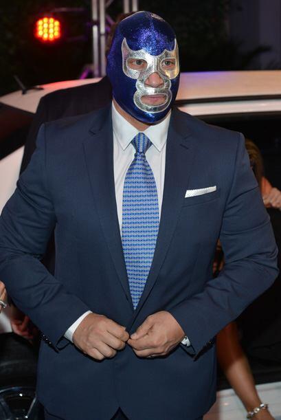 Y no sabemos si Blue Demon se tapa la cara por no ser tan hermoso.