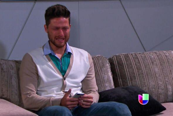 En lugar de ayudarlo a aceptar que Daniela no lo ama.