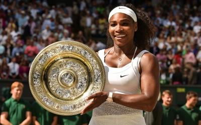 Serena Williams con su sexto trofeo de Wimbledon.