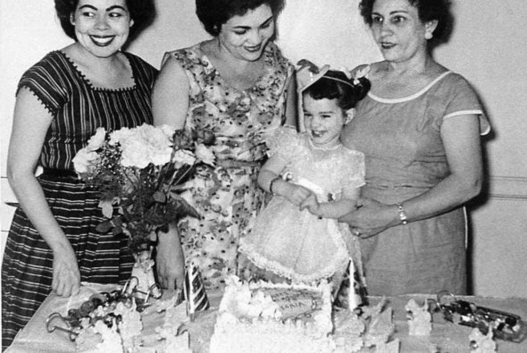 Celebración de cumpleaños. Rodean a Sonia Sotomayor Carmin, su madrina;...
