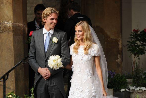 El vestido tenía flores de tela y transparencias sutiles.