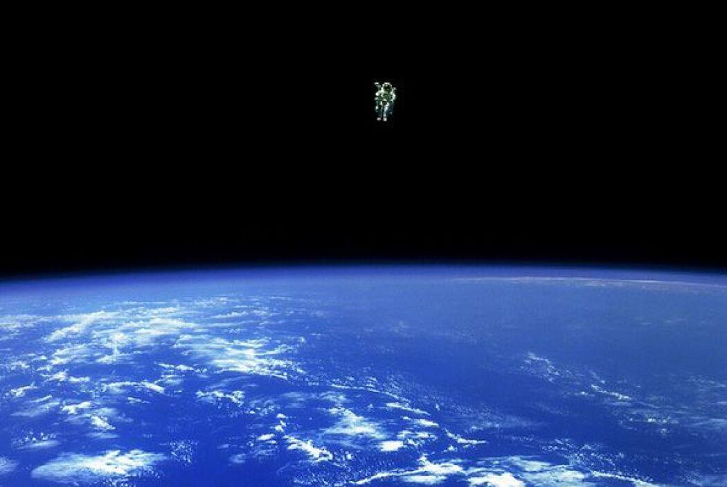 Bruce McCandless II, especialista de mision, escapa de los límites de se...