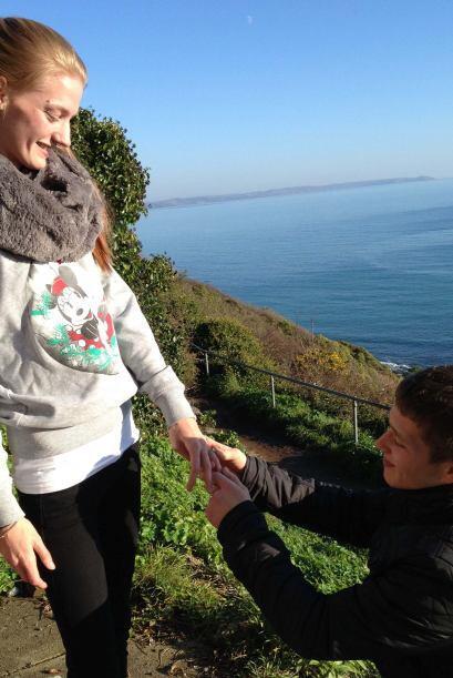 La joven pareja es de Looe, Cornualles en Reino Unido y planean unir sus...
