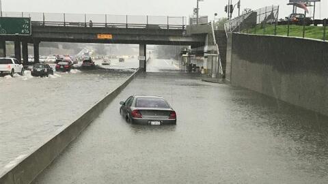 Imagen de la autopista 110 en la zona de Carson donde las lluvias dejaro...