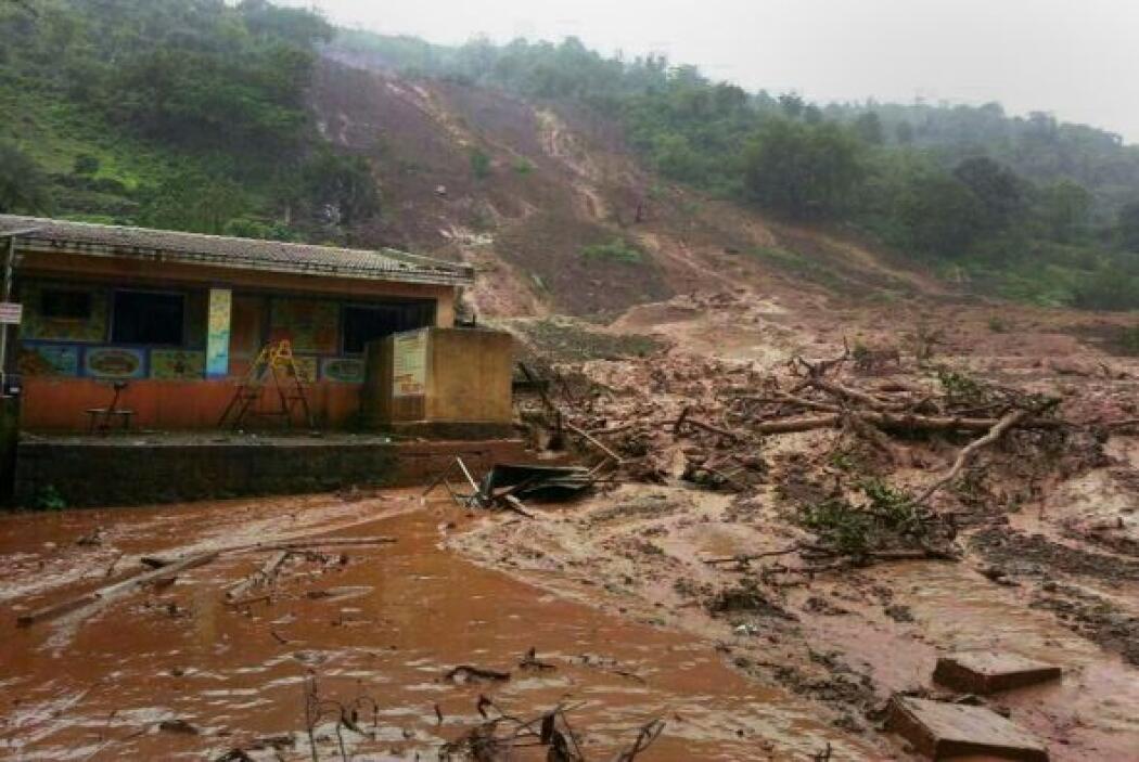 Tras un corrimiento de tierra ocurrido hoy en un pueblo de Maharastra.
