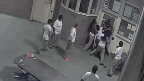 En video, la brutal paliza de unos reos a los guardias de seguridad de u...