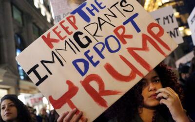 """""""Conserven a los inmigrantes y deporten a Trump""""."""
