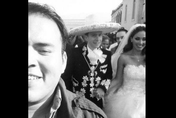 Los fanáticos de Anahí aprovecharon para tomarse 'selfies' improvisadas...