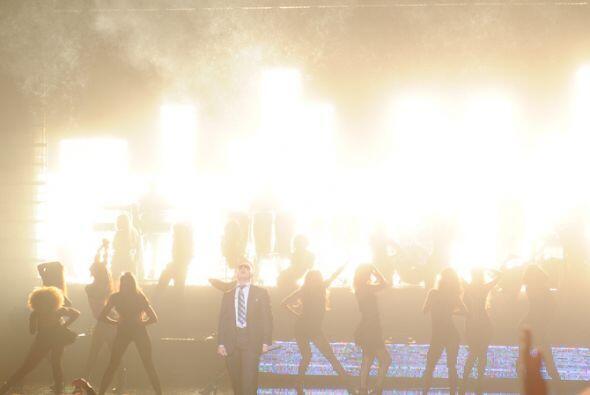 Luminoso como siempre, el espectáculo de Pitbull fue tan solo el comienz...