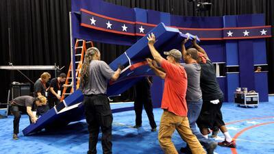 Un grupo de trabajadores prepara el escenario del debate presidencial en...