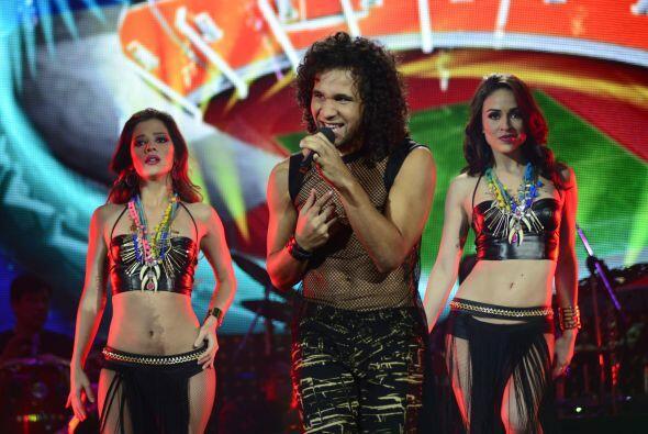Lo acompañaron bellas bailarinas y se salvó del pared&oacu...