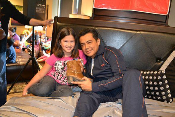 Esta pequeña se llevó la firma de Raúl en sus botas...   Escucha El Show...