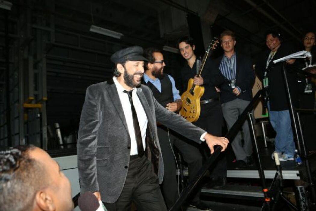 Juan Luis Guerra muy juguetón y sonriente listo para salir al escenario.
