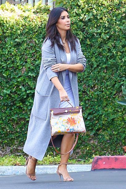 A Kim le gustó tanto que tapó toditas sus curvas para no opacar al bolso.