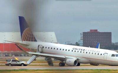 Un avión de United Express con 55 personas a bordo aterriz&oacute...