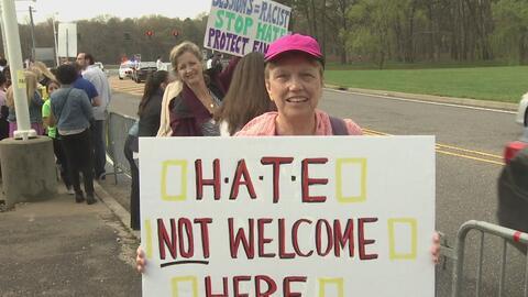 Inmigrantes y activistas manifestaron contra la visita del Jeff Sessions...