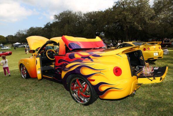 También hubo automóviles muy adornados, como este amarillo.  Mira esta g...